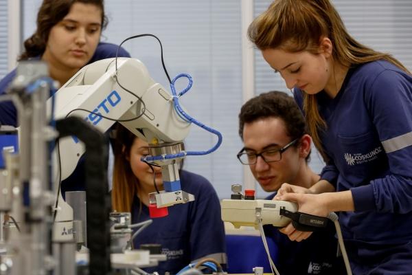 CEV, Makine ve Kalıpçılık Üzerine Mesleki Eğitim Veriyor